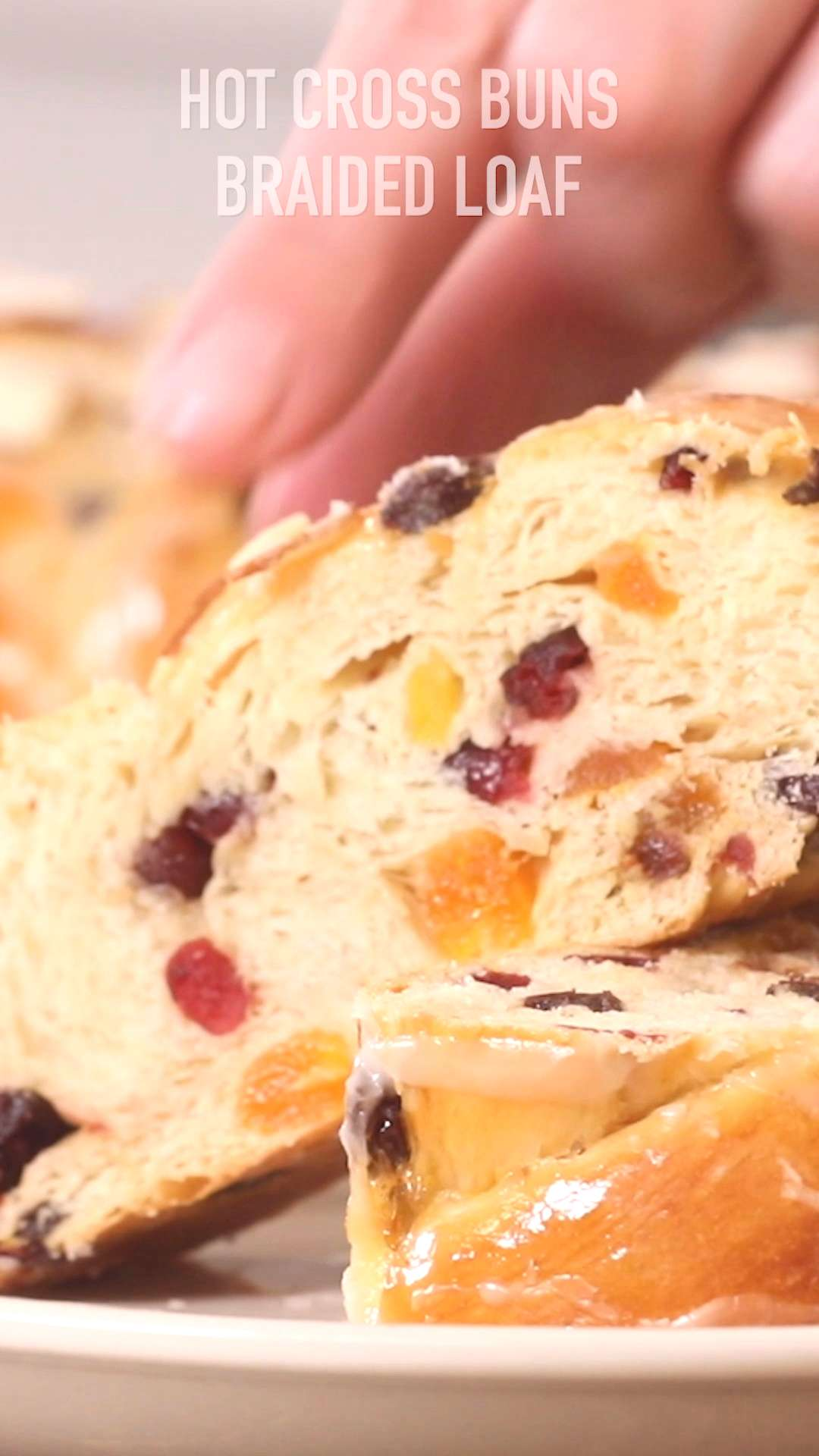 Hot Cross Buns Braided Loaf Tresse briochée aux fruits secs
